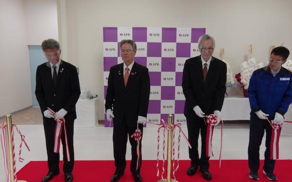 福井県に新設した工場の開所式をする三洋化成の安藤孝夫社長(左から2人目)ら(25日、福井県越前市)