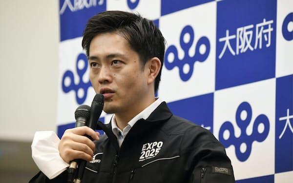 新型コロナウイルス対策本部会議を終え、記者の質問に答える大阪府の吉村知事(25日午後、大阪市中央区)