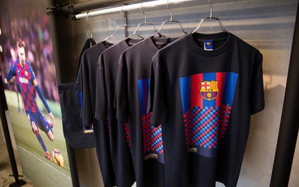 楽天グループは「FCバルセロナ」の独自商品を日本で販売していく(写真は2019年の期間限定店)
