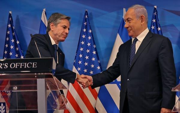 イスラエルのネタニヤフ首相㊨と会談したブリンケン米国務長官(25日、エルサレム)=ロイター