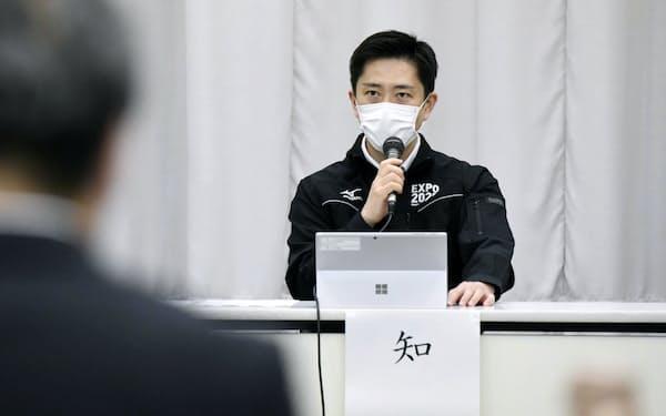 新型コロナウイルス対策本部会議で発言する大阪府の吉村知事(25日午後、大阪市中央区)