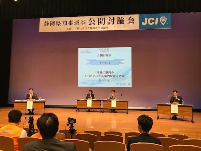 討論会では川勝氏(右端)、岩井氏(左端)がリニアや人口問題などについて議論した