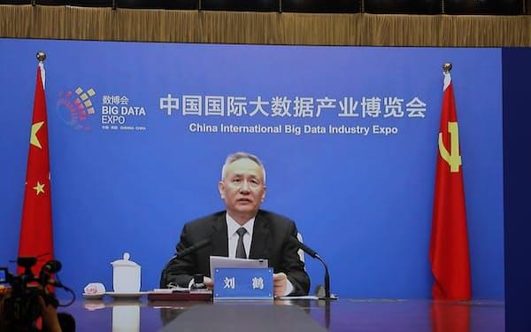 中国国際ビッグデータ産業博覧会の開幕式でビデオ形式で講演する中国の劉鶴副首相(貴州省貴陽市)