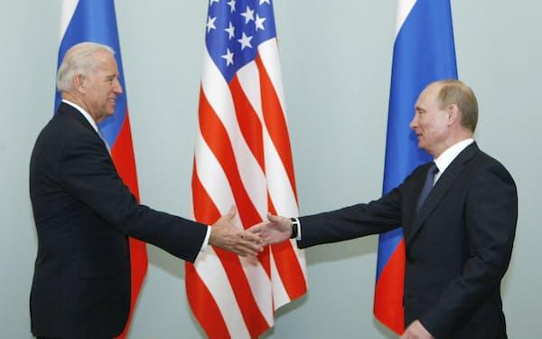 ロシアのプーチン大統領(右)は米国との戦略的均衡をどう維持するかに腐心してきた(2011年3月、モスクワ)=AP