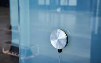 ガラスなどを震わせて音を出す「加振器」の開発を進める
