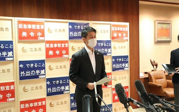 取材に応じる湯崎知事(26日、広島県庁)