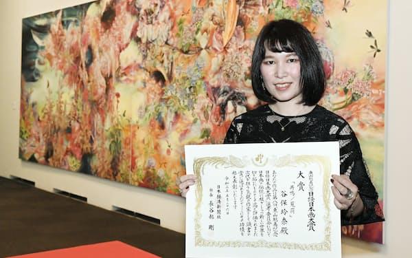 日経日本画大賞を受賞した谷保玲奈氏(26日、東京都台東区)