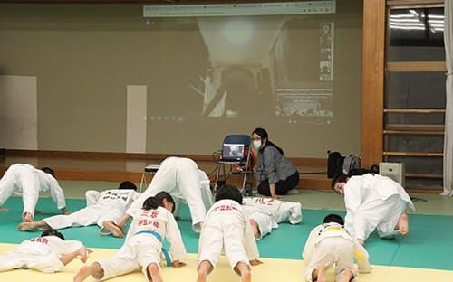 伊豆の国市ではオンラインでモンゴルと市内の子供たちの共同稽古を開いた