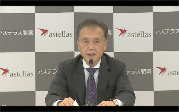 アステラス製薬の安川健司社長は「重点領域が貢献し『特許の崖』の影響を相殺できる」と話した(26日、東京都内)