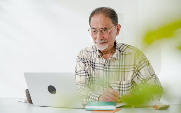 就労に加え年金繰り下げと運用で資産の寿命は延ばせる(写真はイメージ=PIXTA)