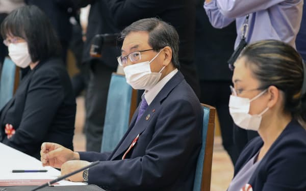 気候変動対策推進のための有識者会議に出席した経団連次期会長の十倉雅和氏㊥(24日午後、首相官邸)