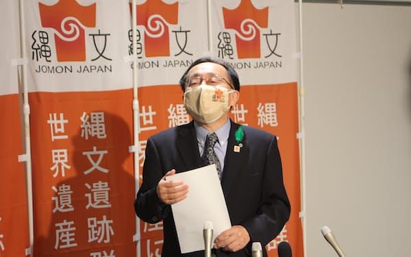 イコモスの勧告を受け会見する三村申吾・青森県知事(26日、青森県庁)