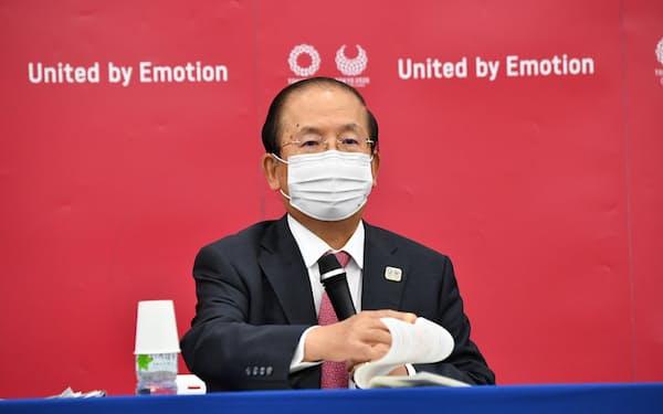 東京2020組織委員会の理事会後に記者会見する武藤敏郎事務総長(26日、東京都中央区)