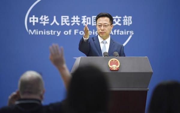 記者会見する中国外務省の趙立堅副報道局長(19日、北京)=共同