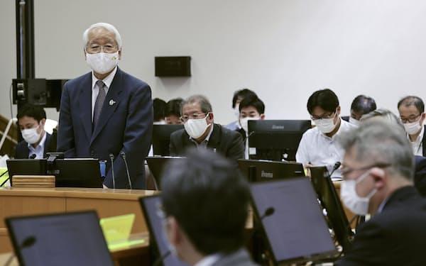 兵庫県の新型コロナウイルス対策本部会議で発言する井戸敏三知事(26日午後、神戸市)=共同