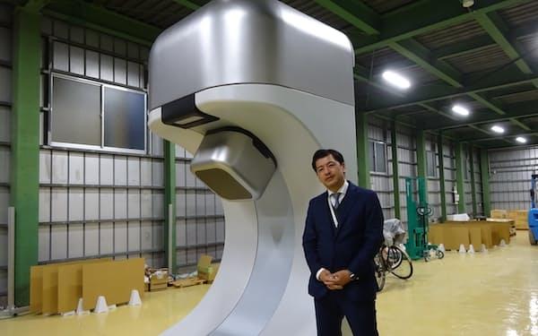 ビードットメディカルは陽子線治療装置をこれまでより格段に小型化した(社長の古川卓司氏)