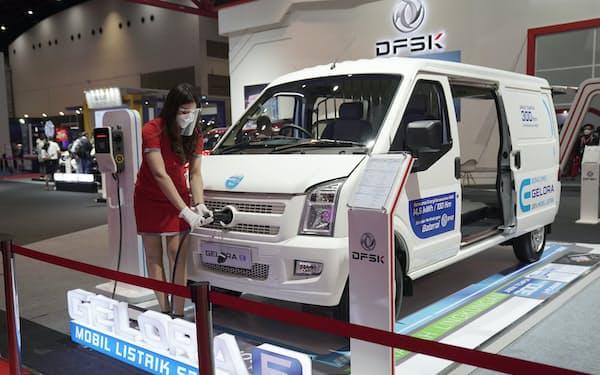 インドネシア国際モーターショーでは脱炭素の流れを意識し電気自動車の展示が目立った(4月、ジャカルタ)