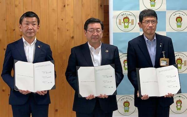 長野県庁で協定を結んだ(27日、長野市)