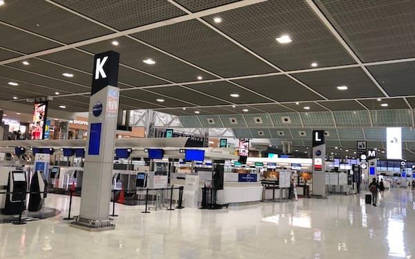 利用客がまばらな成田空港第2ターミナル(27日)