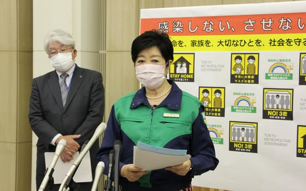 記者団の取材に応じる小池知事(27日、東京都庁)