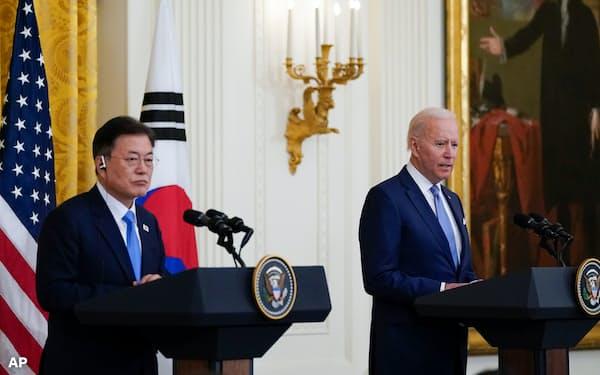 ホワイトハウスで記者会見するバイデン米大統領(右)と韓国の文大統領(21日)=AP