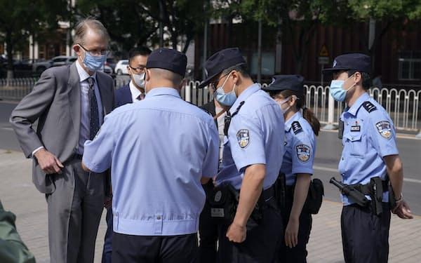 北京の裁判所を訪れた豪州のフレッチャー駐中国大使(左端、27日)=AP