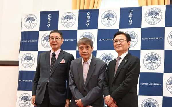 京都大学は安藤忠雄氏㊥やニトリHDの似鳥会長㊧らの支援を受け、独自の奨学金を設ける(27日、京都市)