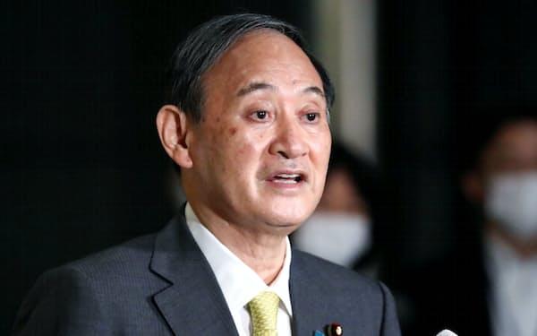 関係閣僚との協議を終え、報道陣の質問に答える菅首相(27日午後、首相官邸)