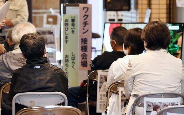 新型コロナウイルスのワクチン接種会場で順番を待つ人たち