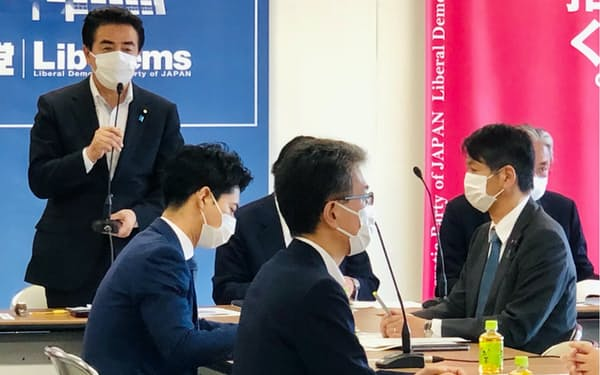 自民党外交部会などの合同会議で発言する佐藤正久外交部会長(28日、自民党本部)