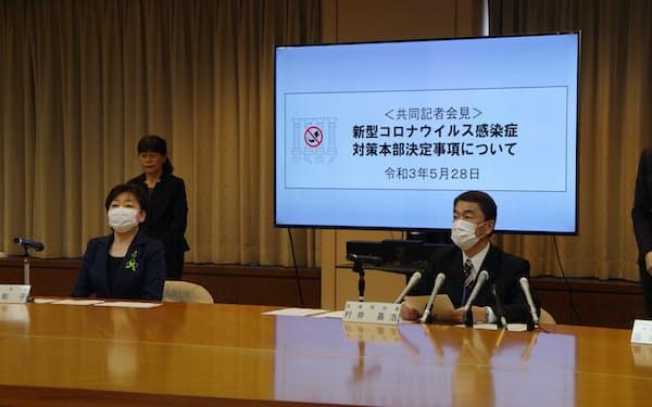 村井知事㊨と仙台市の郡和子市長は共同で記者会見を開き、感染対策の徹底を再度呼びかけた(28日、宮城県庁)