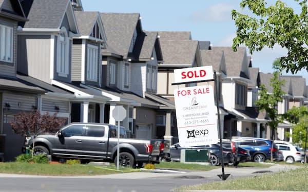 先進国の一部で住宅価格が急上昇。カナダのオタワでは「売却済み」の看板も=ロイター