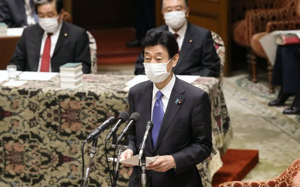 衆院議運委で緊急事態宣言の延長について説明する西村経財相(28日午後)