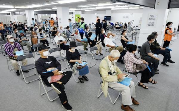 神戸市の新型コロナウイルスワクチンの大規模接種会場で、接種後の経過観察のため待機する高齢者(25日、神戸市中央区)