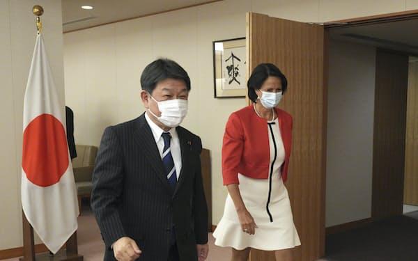 会談に臨む茂木氏(左)とブルゲナー氏(28日、外務省)
