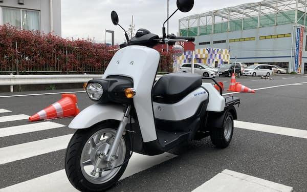 ホンダはネットとつながるバイクの販売を強化する。写真はホンダが3月に発売したつながるバイク「ジャイロ イー」