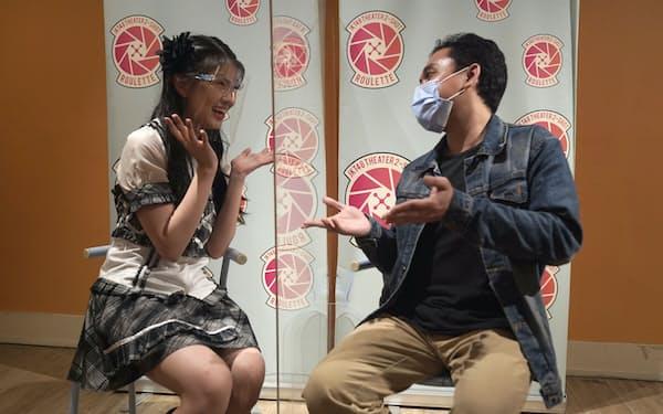 ファンとふれ合うJKT48メンバー(4月8日、ジャカルタ)