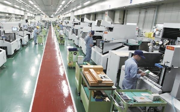 工作機械は半導体関連などで国内受注が復調している(三菱電機の工場)