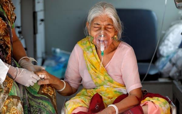 インドは世界最多のコロナ感染拡大ペースが続いている=ロイター