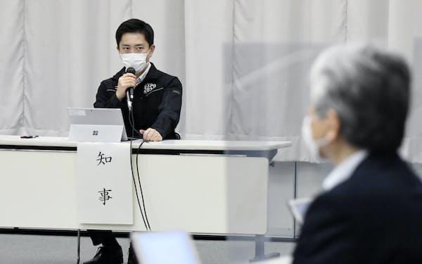 新型コロナウイルス対策本部会議で発言する大阪府の吉村知事(28日午後、大阪市中央区)