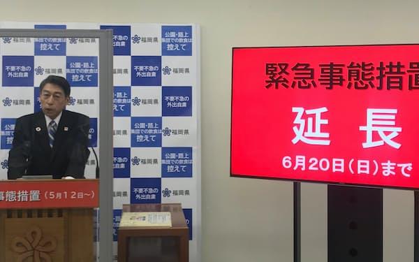 緊急事態措置の延長について説明する服部知事(28日、福岡県庁)