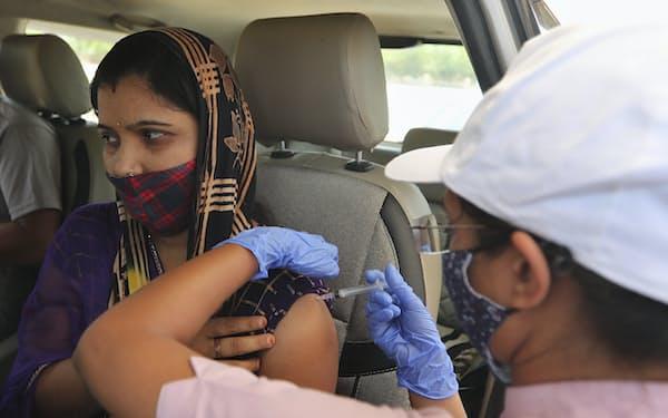 ワクチン接種も急ピッチで進められている(28日、アーメダバード)=AP
