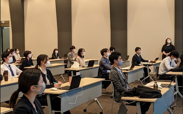 JAXAでは今春、新卒で入った職員数は女性が男性を上回った(4月の新人研修の風景、東京都千代田区)