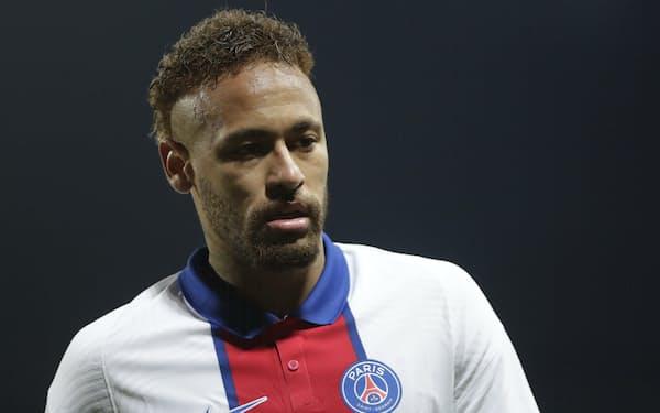 ネイマール選手側は暴行疑惑を否定している(23日、フランス西部ブレストでの試合に出場したネイマール選手)=AP