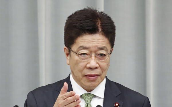 記者会見する加藤官房長官=28日、首相官邸
