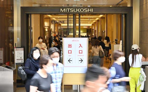 百貨店を出入りする人たち(29日、東京都中央区)
