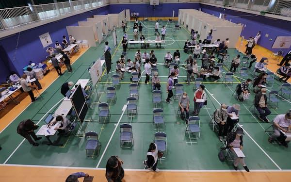 トヨタ自動車関係施設に設けられた集団接種会場(30日、愛知県豊田市)