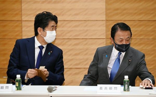 半導体戦略推進議連で席を並べる安倍前首相(左)と麻生副総理・財務相(5月28日、東京・永田町)