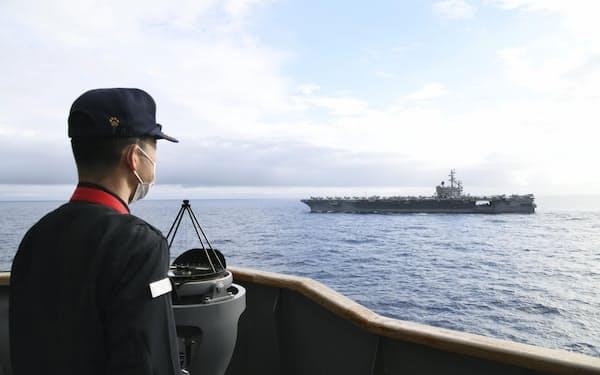 海上自衛隊のヘリコプター搭載型護衛艦「いせ」から見る米海軍の原子力空母「ロナルド・レーガン」(海上自衛隊提供=共同)