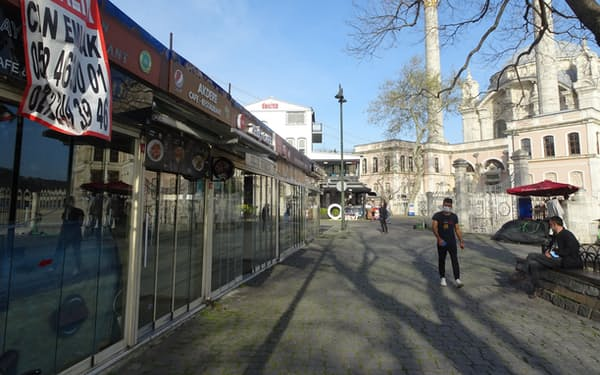 賃貸募集の告知がみられる観光地の飲食店(5月、イスタンブール)